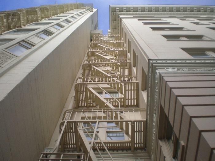 cầu thang thoát hiểm tiêu chuẩn